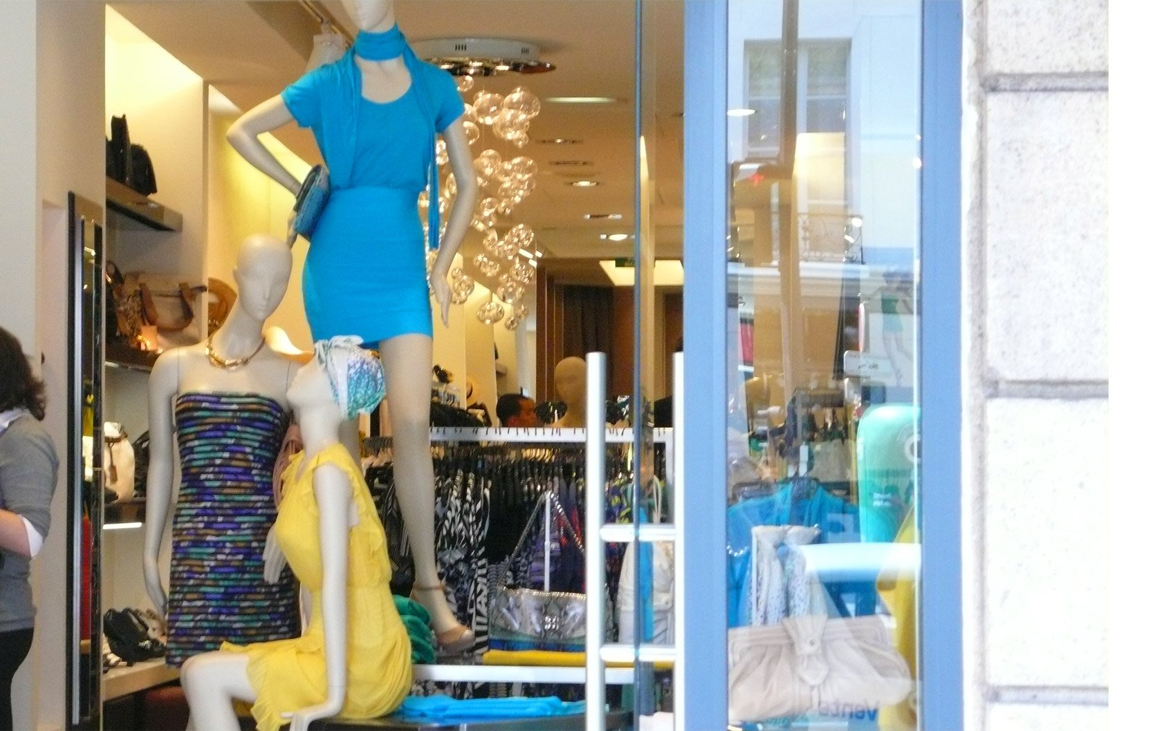 fashion-store-window-display-7