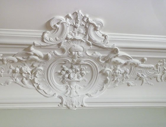Original crown molding in Paris apartment