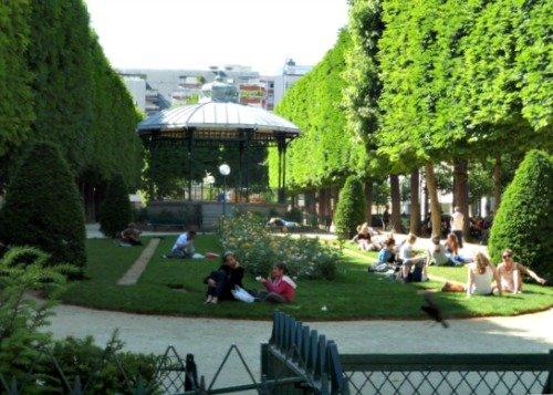 Park on Rue du Commerce in Paris