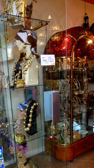 vintage jewelry stand puces paris