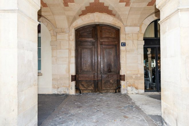 Place Des Vosges Apartment For Historic Porte Cochère Entrance
