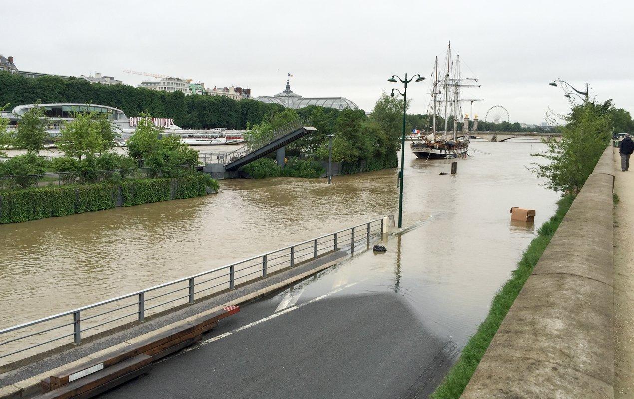 Flooding of the Seine in Paris, 1910 vs. 2016