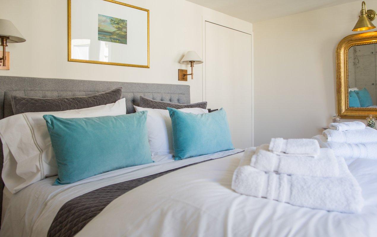 Parisian Home Décor Tips for Fluffy Pillows