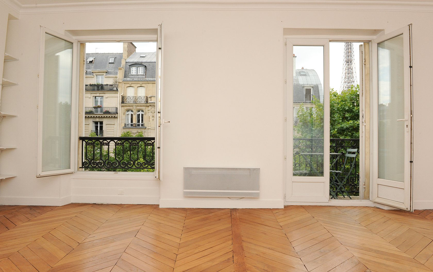 cairanne-living-room-before-eiffel-view
