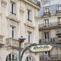 Paris tips metro sign