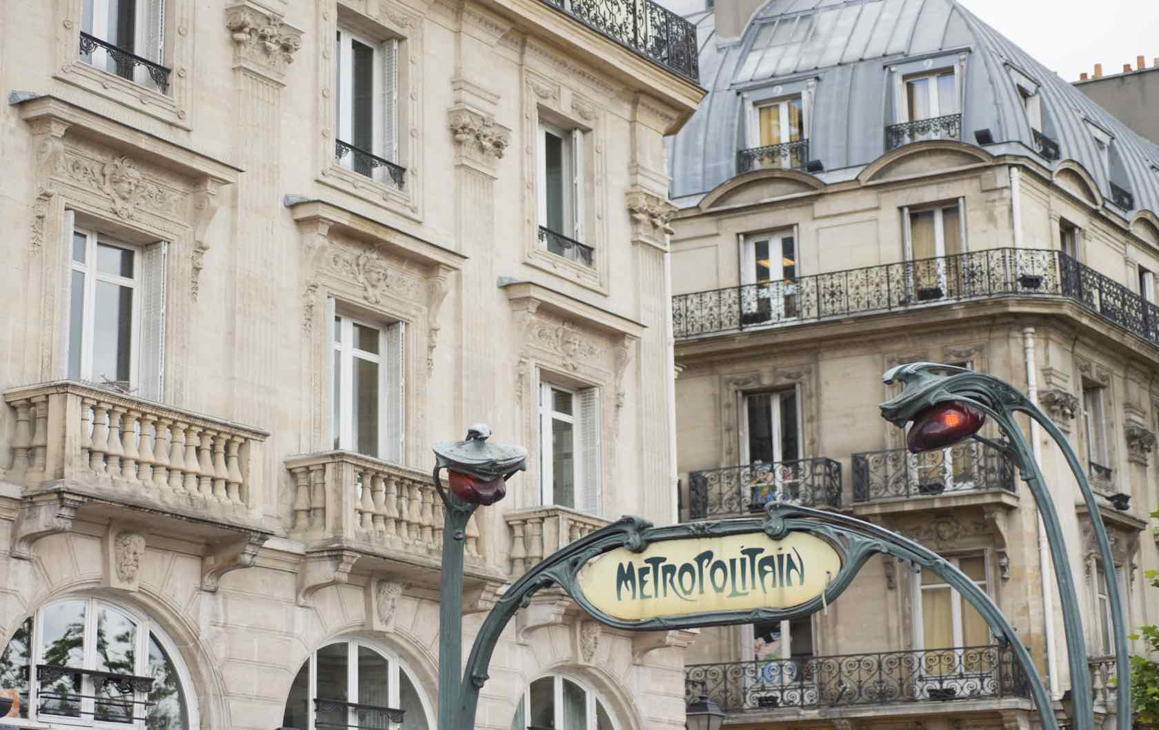 Paris tips metro sign