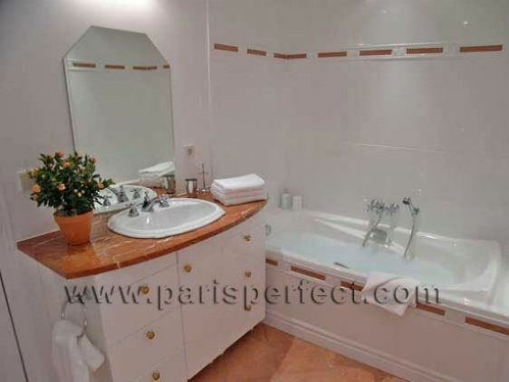En Suite Bathroom - Paris Vacation Apartment