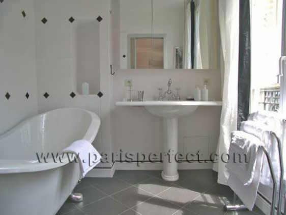 Paris Vacation Apartment Ensuite Bathroom