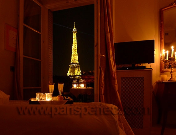 Romantic paris bedroom with eiffel view for Best view of eiffel tower from hotel room