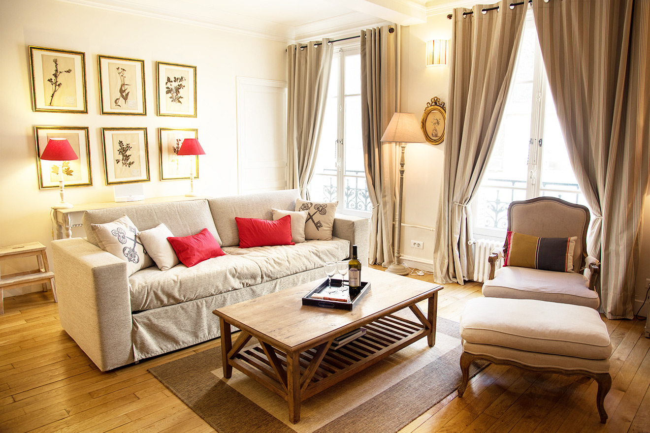 Living room with comfortable furnishings in the Rully vacation rental offered by Paris Perfect