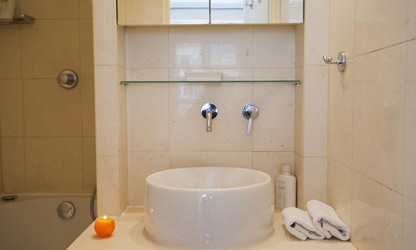 Paris Holiday Apartment Bathroom