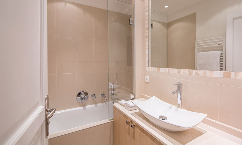 Bathroom 1 with bathtub-shower in the Calvados vacation rental offered by Paris Perfect