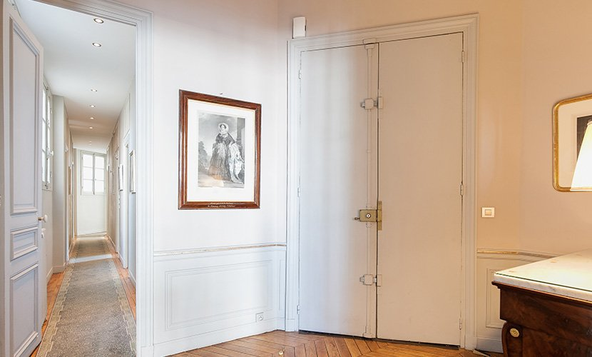 Entryway of the Mâcon vacation rental offered by Paris Perfect