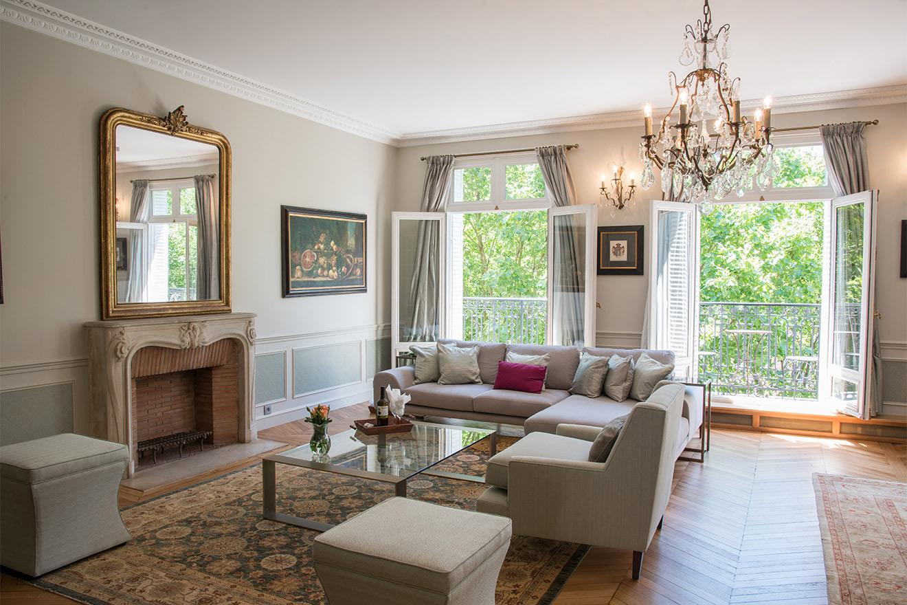 Spacious living room in Paris Rental