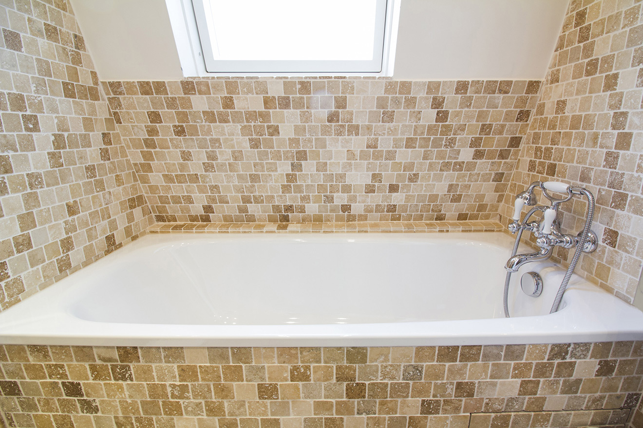 Bathtub in the Chablis vacation rental offered by Paris Perfect