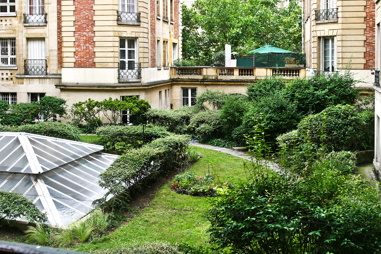 View of the tranquil courtyard in the Mâcon vacation rental offered by Paris Perfect