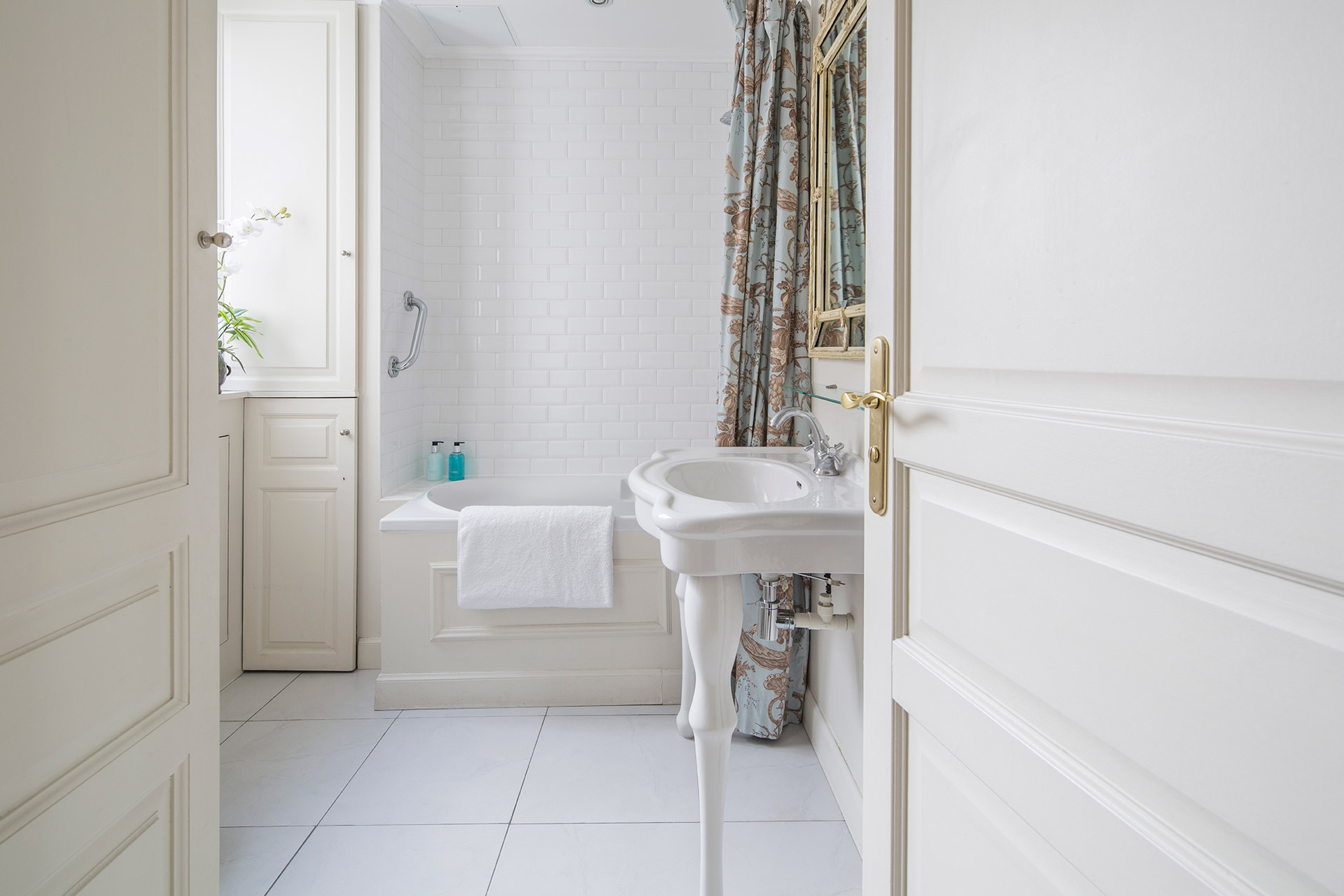 Clean and modern bathrooms in the Beaune Paris apartment