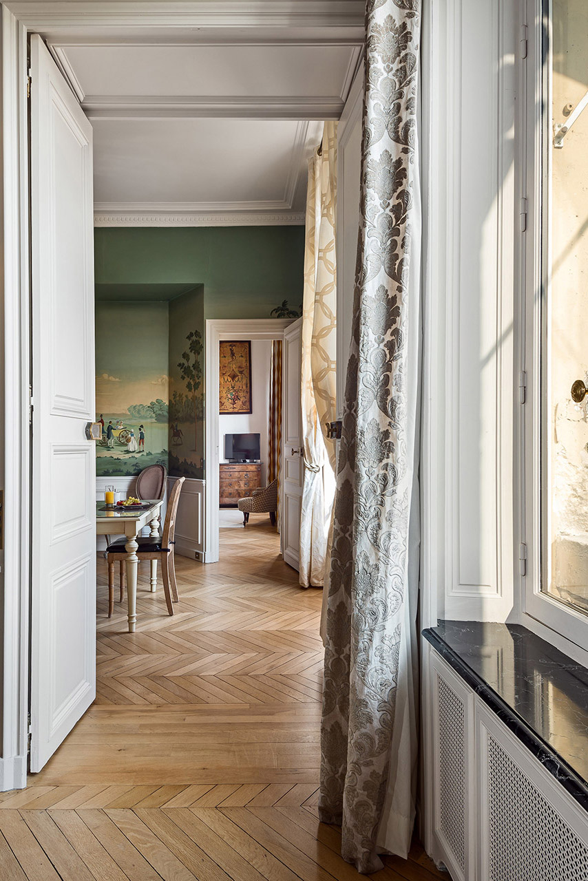 Muraled walls in the dining room of the Chopine vacation rental offered by Paris Perfect