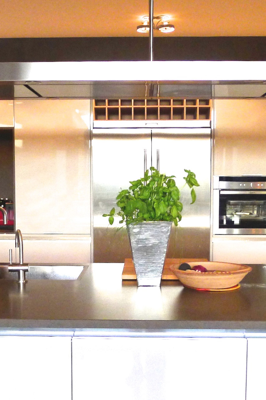 Fully equipped kitchen in the Villa Grimaud vacation rental offered by Paris Perfect