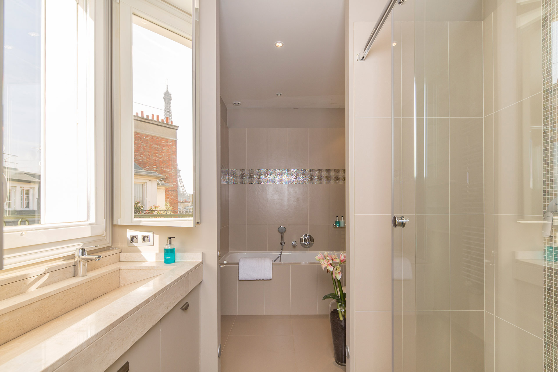 Luxurious en suite bathroom in the Margaux vacation rental offered by Paris Perfect