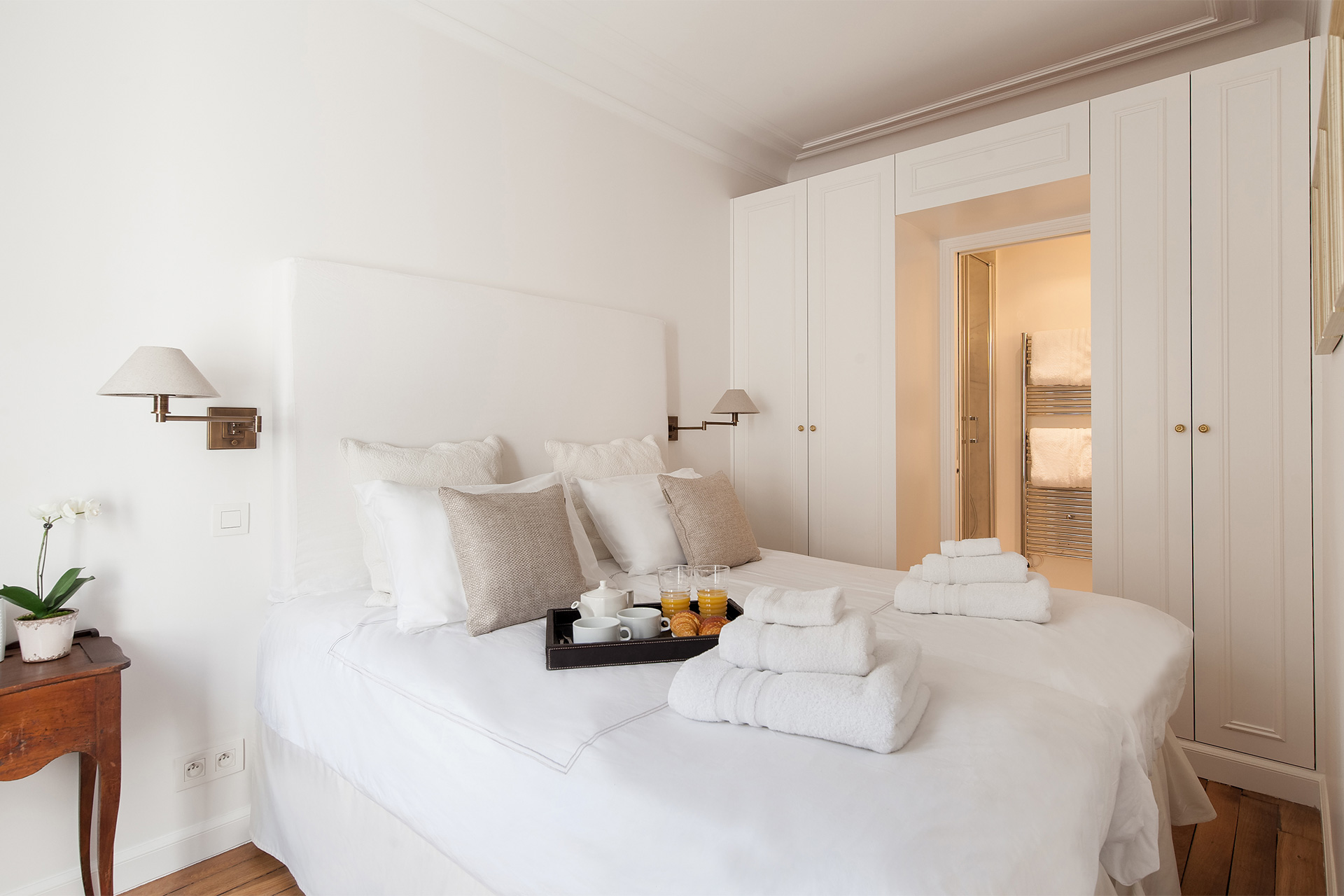 Second bedroom with two single beds in the Montagny vacation rental offered by Paris Perfect