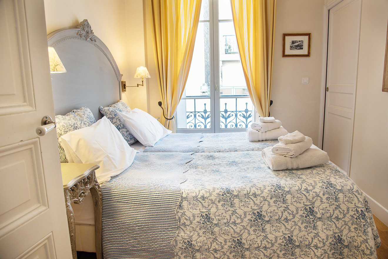 Second bedroom with two single beds in the Rully vacation rental offered by Paris Perfect