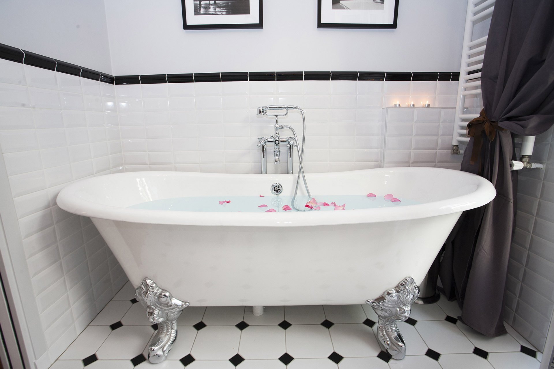 Beautiful claw-footed bathtub in the en suite bathroom