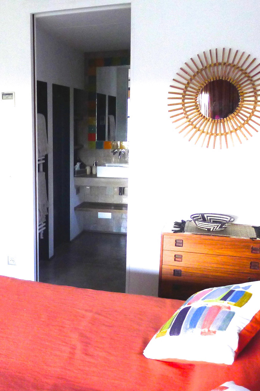 Bedroom and bathroom in the Villa Grimaud vacation rental offered by Paris Perfect