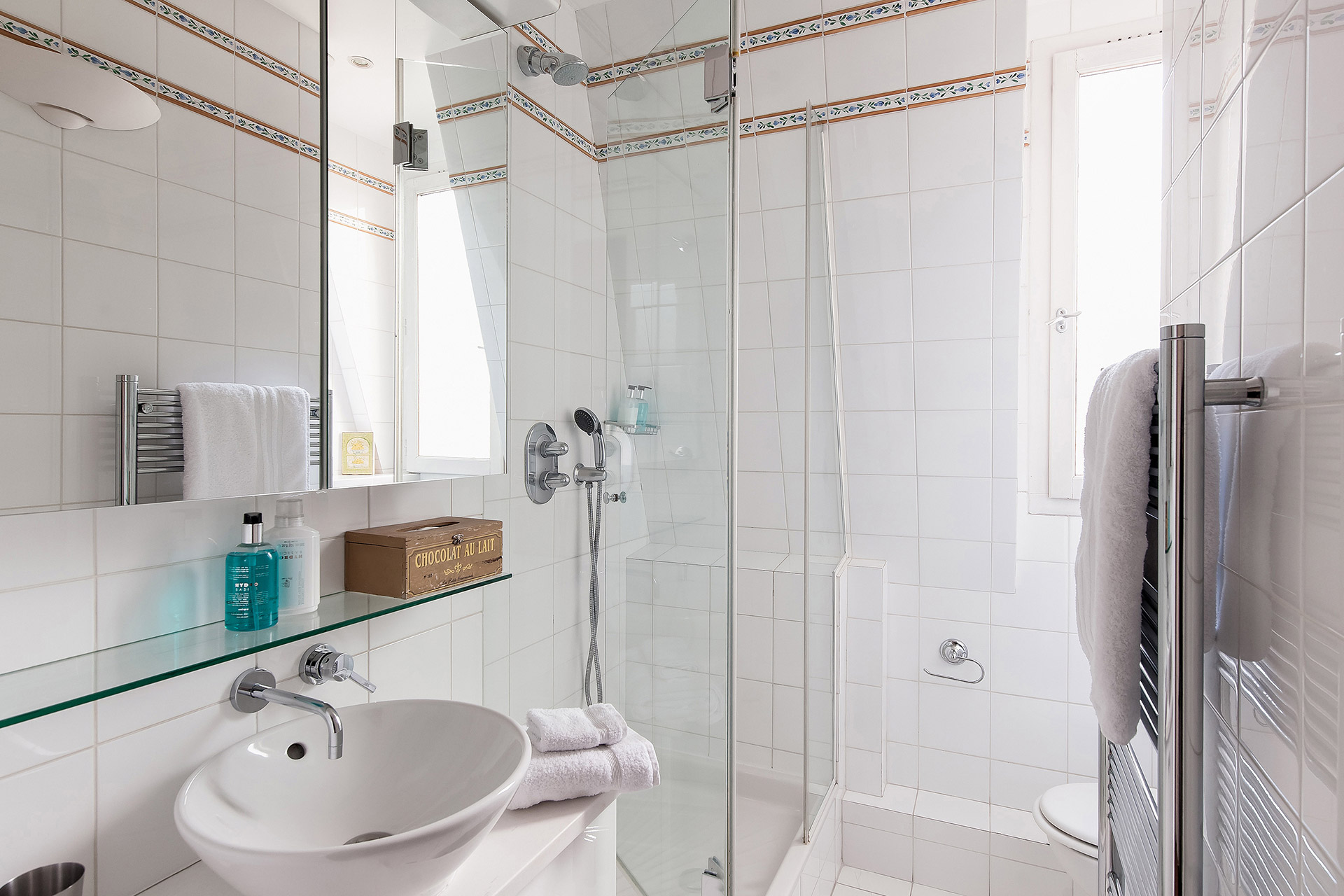 Second bathroom with full shower in the Romanée vacation rental offered by Paris Perfect