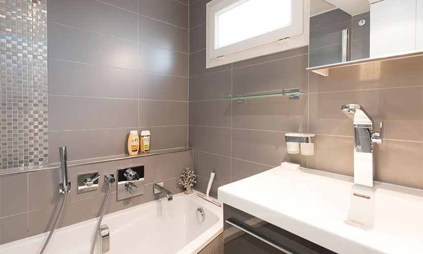 Striking en suite bathroom in the Carménère vacation rental offered by Paris Perfect