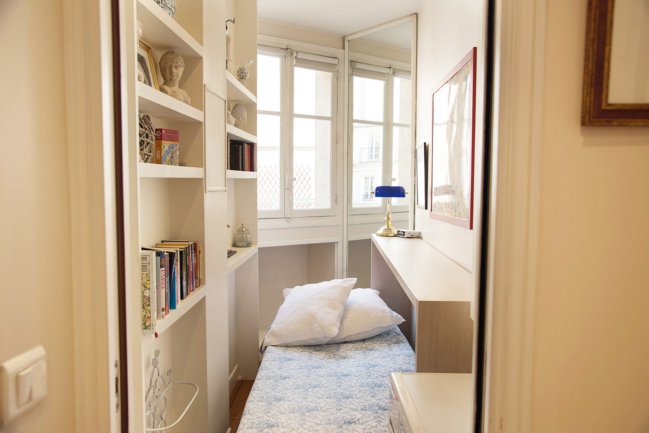 Fold out single bed in Paris vacation rental