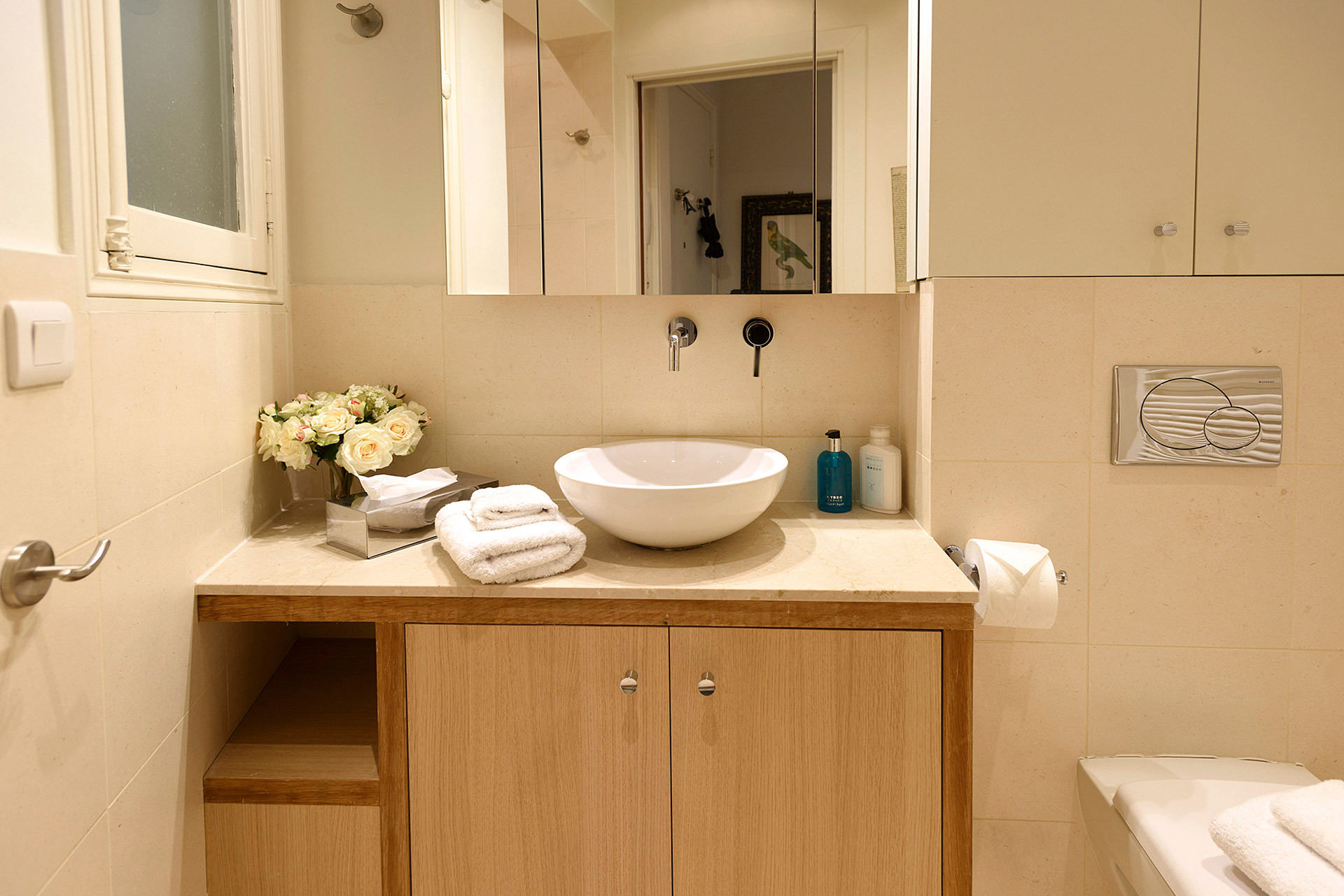 Bathroom with shower, sink and toilet in the Clairette vacation rental offered by Paris Perfect