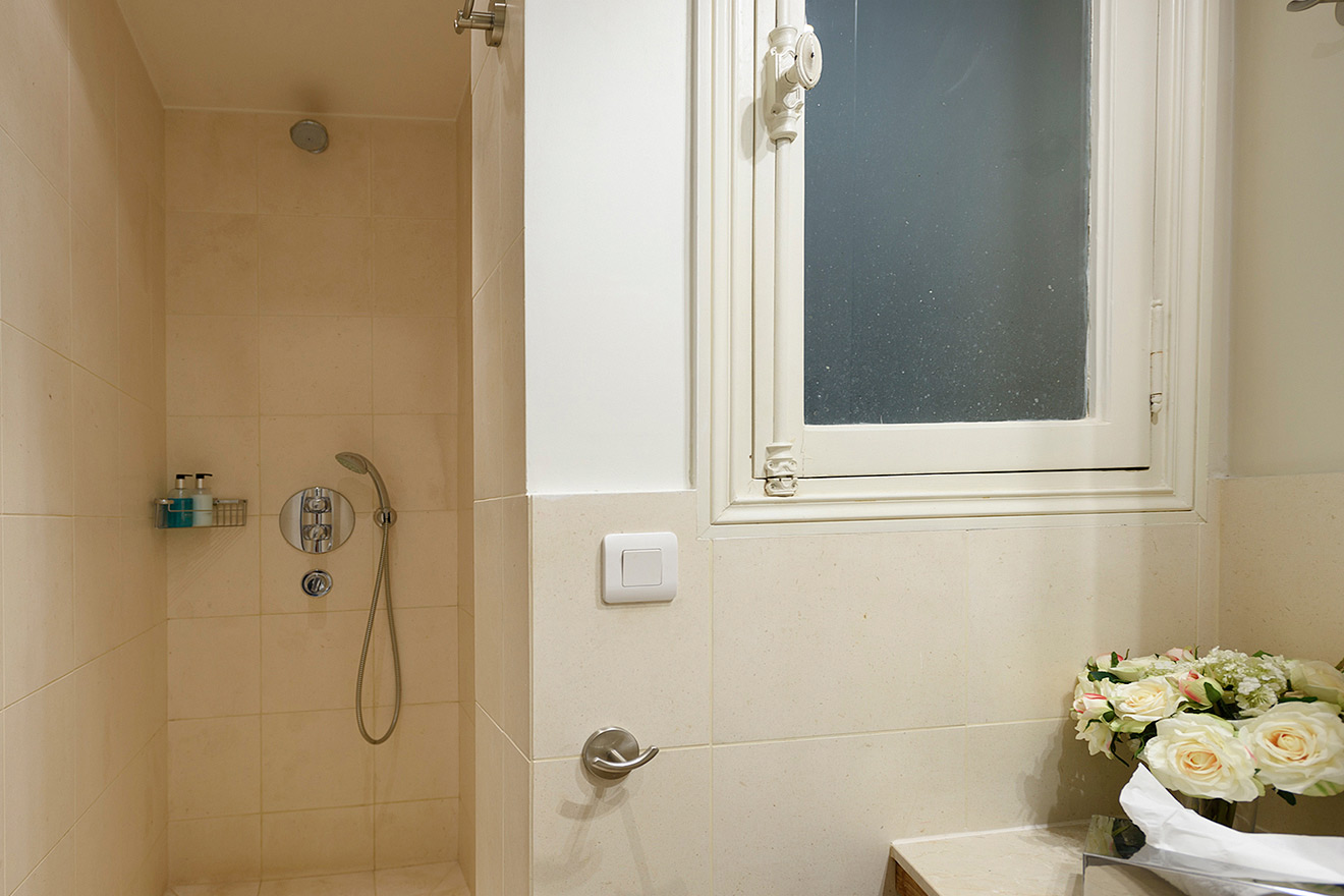 Walk-in shower in the Clairette vacation rental offered by Paris Perfect