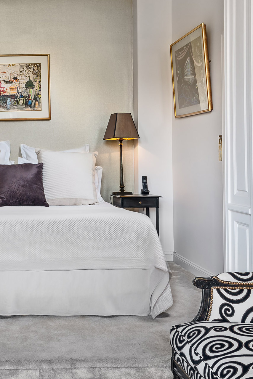 A restful sleep awaits you in the bedroom of the Chopine vacation rental offered by Paris Perfect
