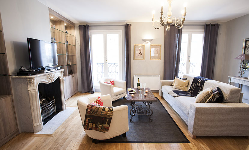 The spacious living room of our Bordeaux Paris flat for rent