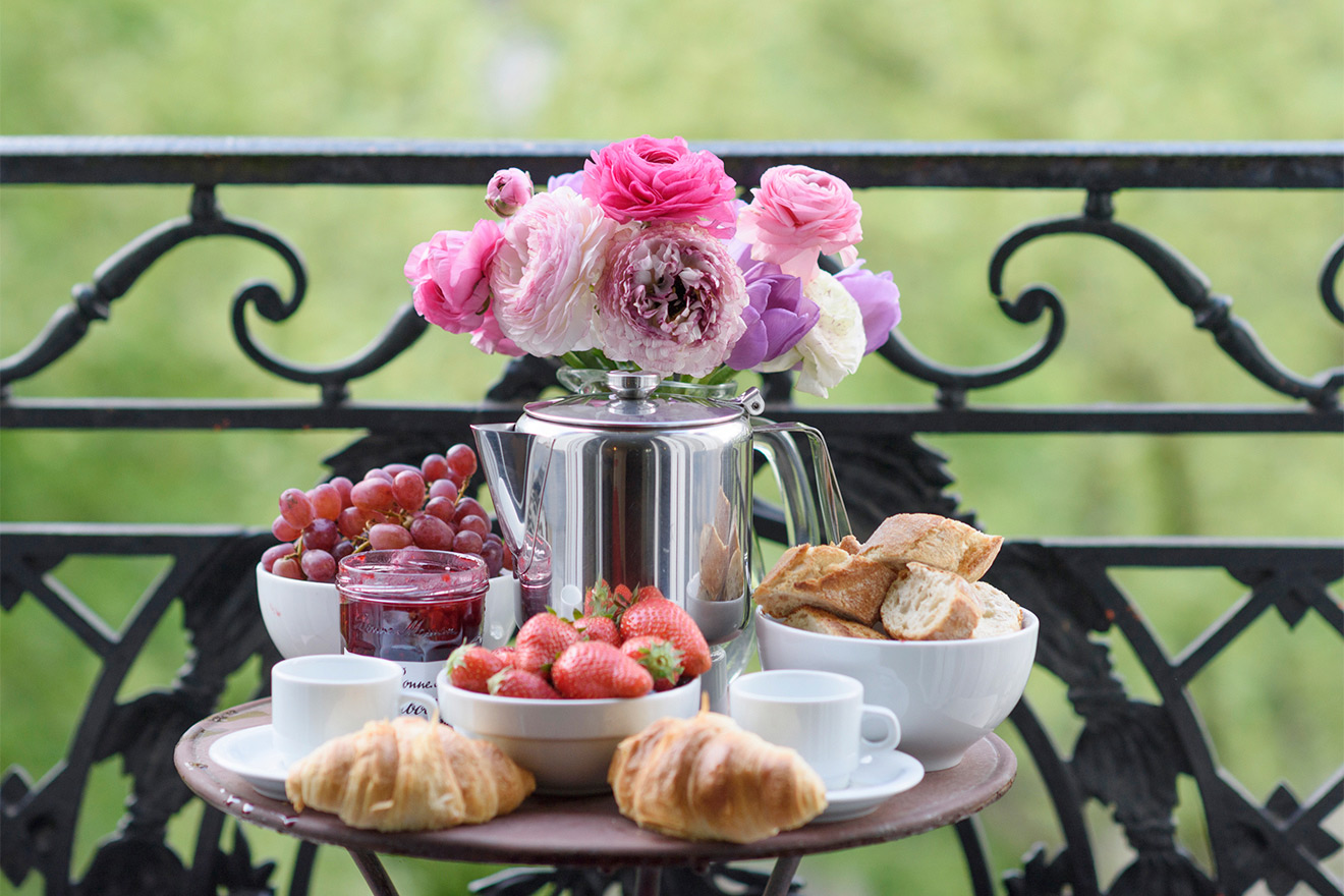 Breakfast al fresco on the balcony of the Viognier vacation rental offered by Paris Perfect
