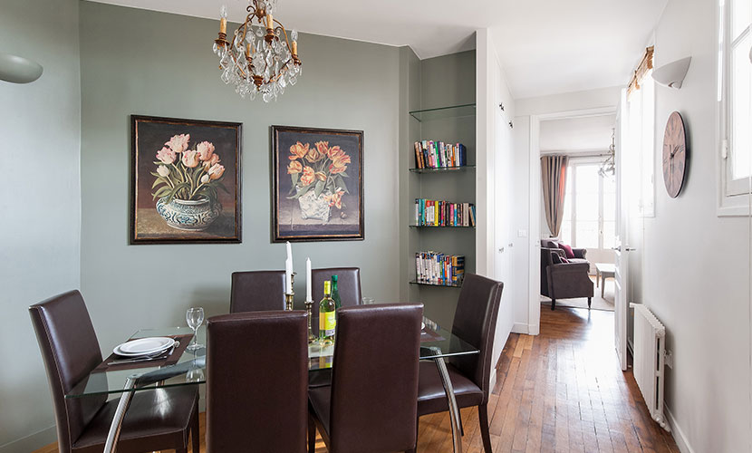 Comfortable dining area of the Cognac vacation rental offered by Paris Perfect