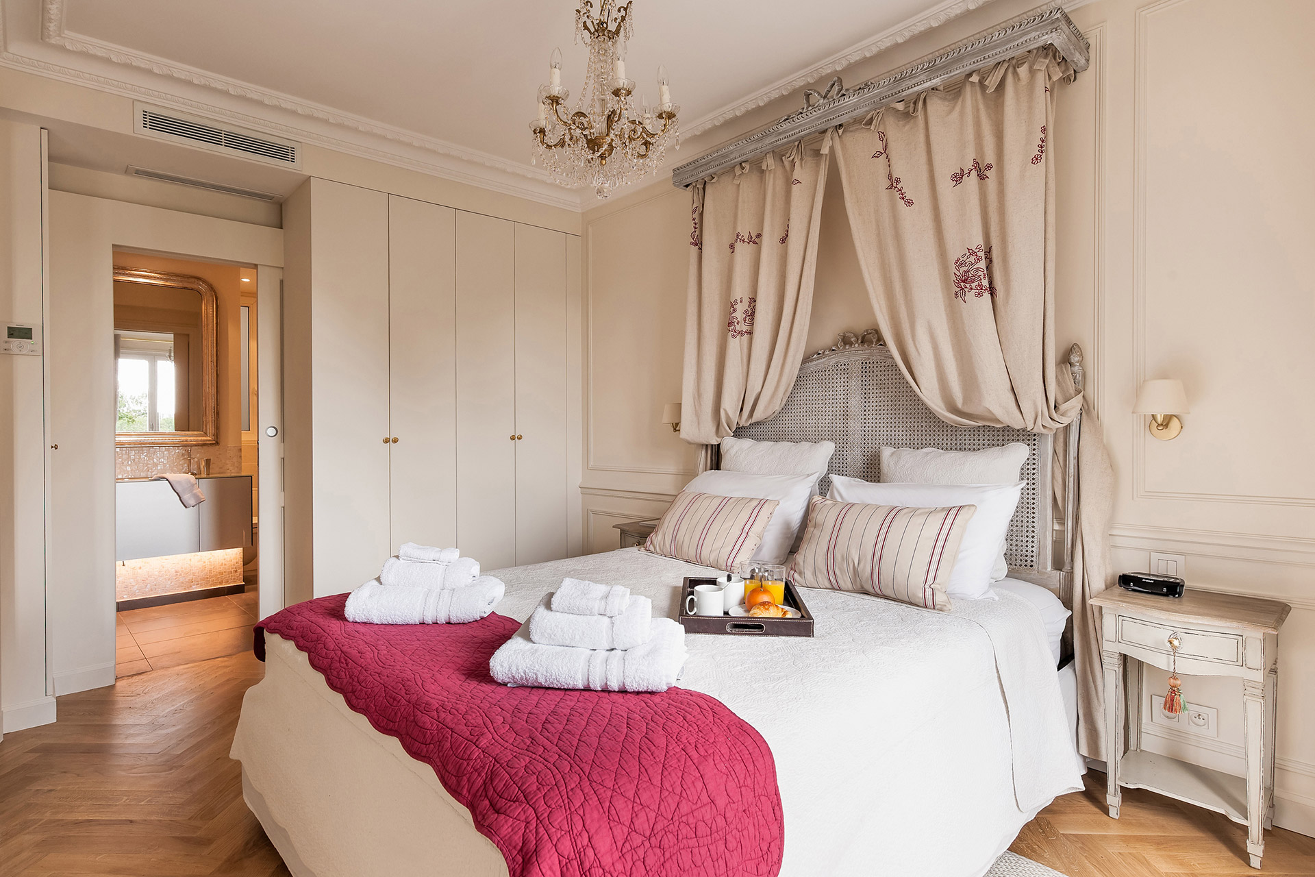 En suite bathroom to the main bedroom of the Merlot vacation rental offered by Paris Perfect