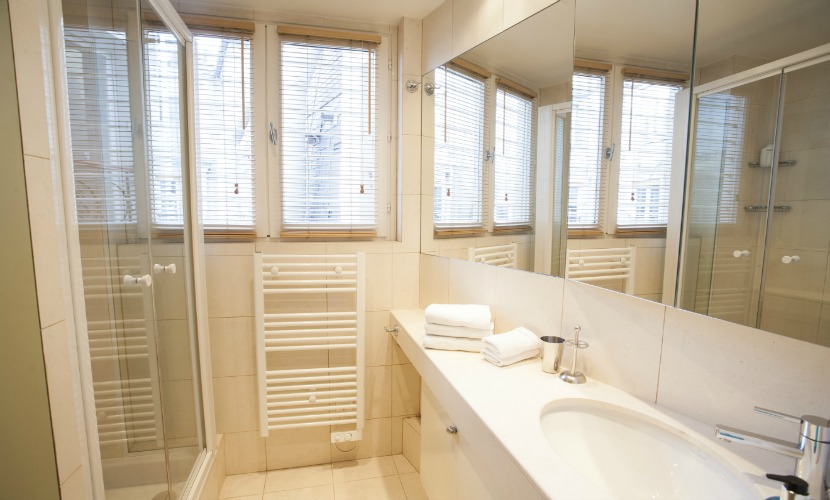 Bathroom 2 in the Bordeaux vacation rental by Paris Perfect