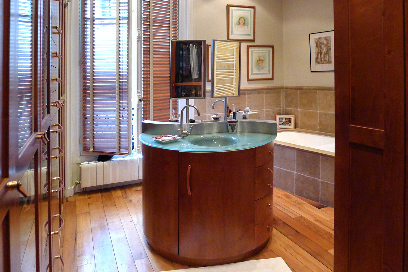 Stunning en suite bathroom with beautiful woodwork