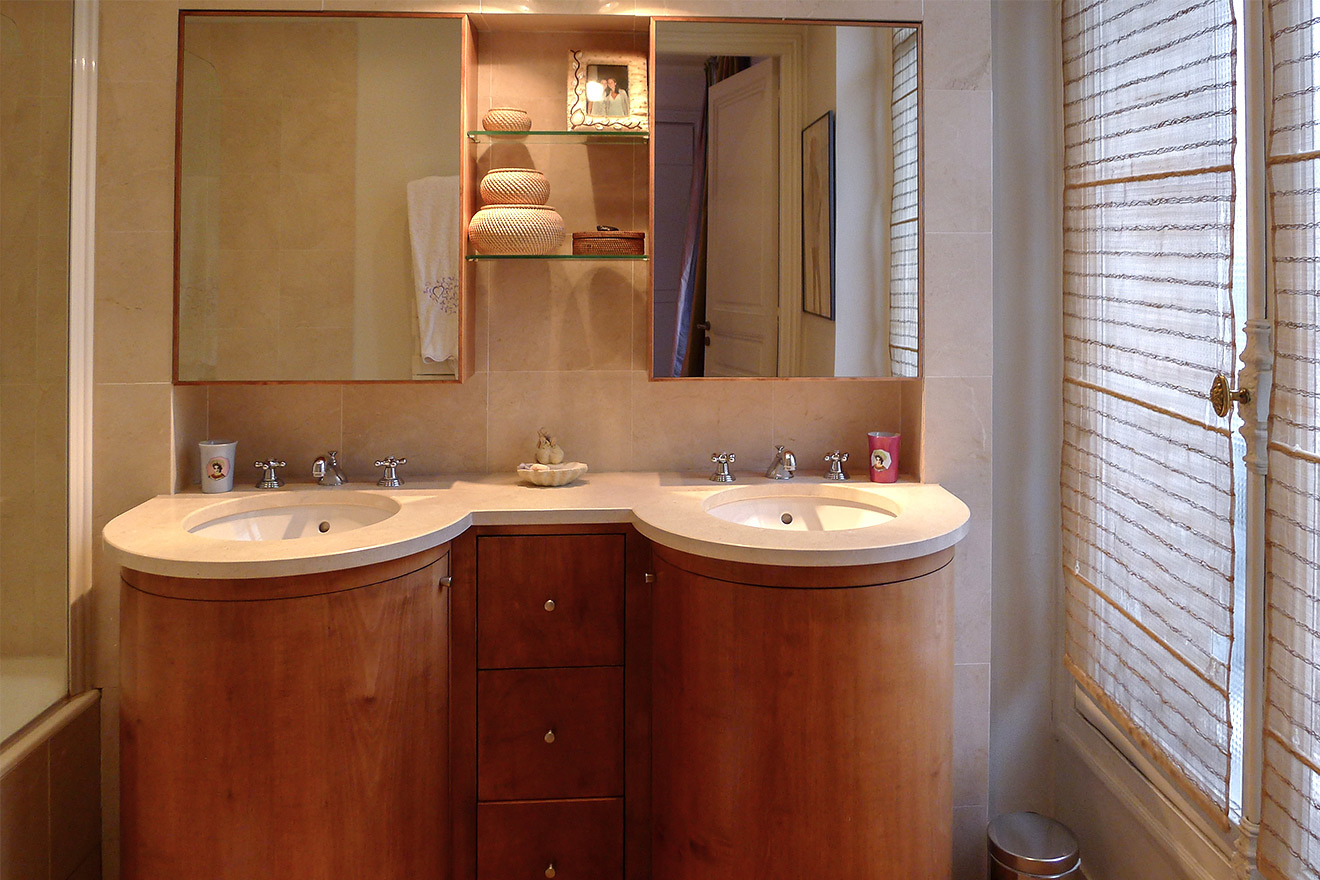 Beautiful double sink in the en suite bathroom