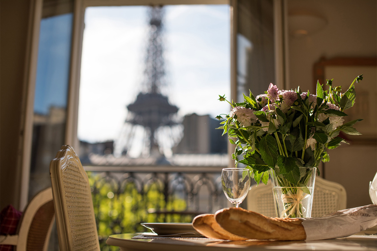 Fresh cut flowers in the Cabernet vacation rental offered by Paris Perfect