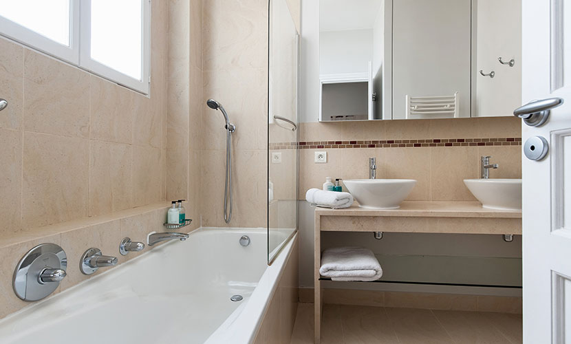 Bathroom 1 with full-size tub-shower in the Cognac vacation rental offered by Paris Perfect
