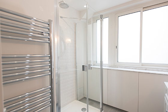 Relaxing rainfall style showerhead in the Monthelie vacation rental offered by Paris Perfect
