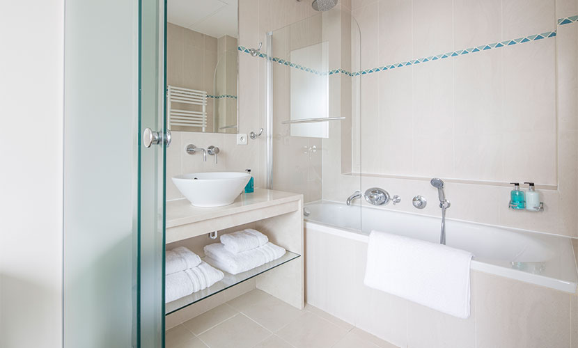 En Suite Bathroom - Accommodation Paris France