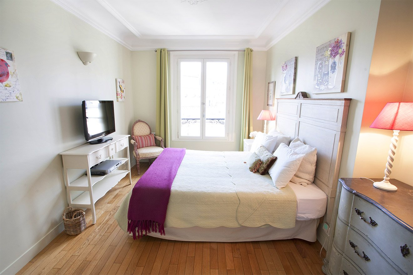 Spacious bedroom 1 of the Bordeaux vacation rental offered by Paris Perfect