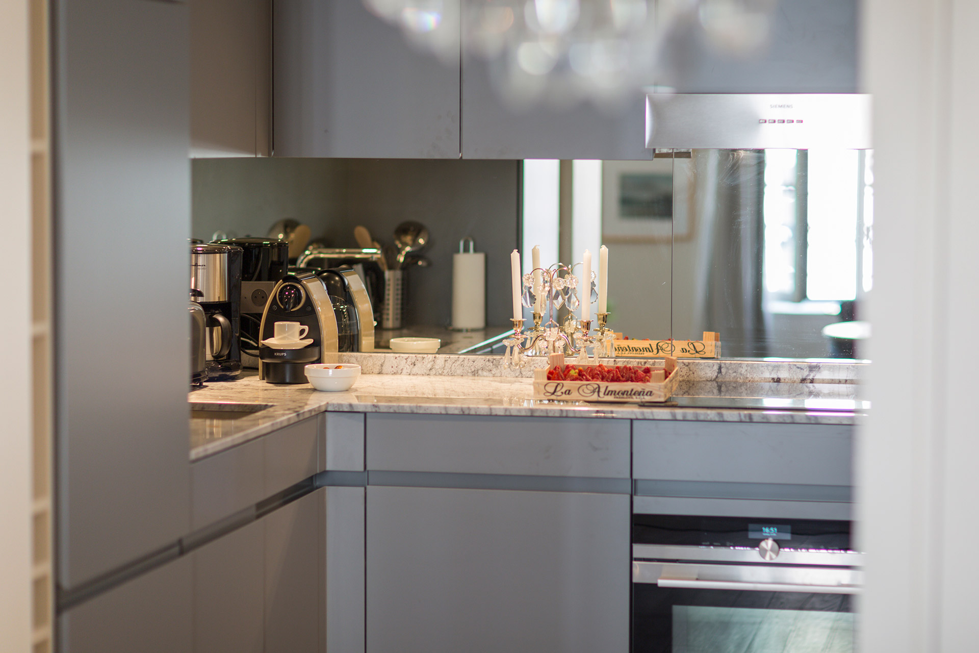 Fully equipped kitchen of the Loupiac vacation rental offered by Paris Perfect