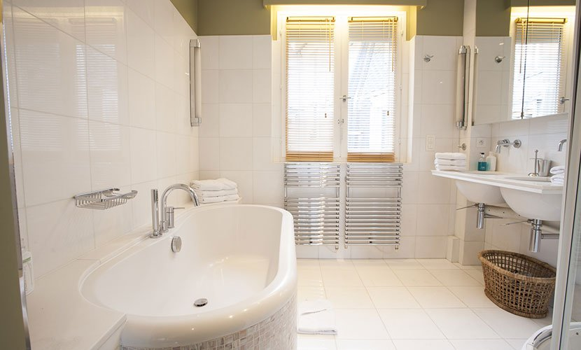 Bathroom 1 of the Bordeaux vacation rental offered by Paris Perfect