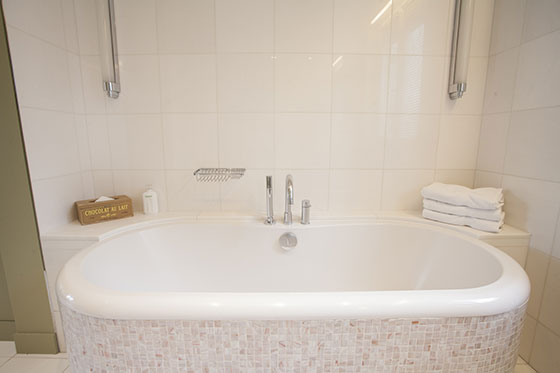 Extra-long bathtub in bathroom 1 of the Bordeaux vacation rental by Paris Perfect
