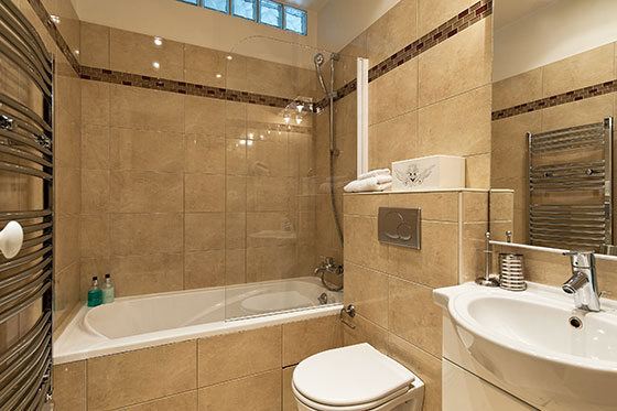 Bathroom two with full-size bathtub-shower, sink and toilet in the Vougeot vacation rental